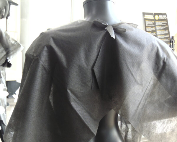 capa de corte desechable de peluquería negra 1