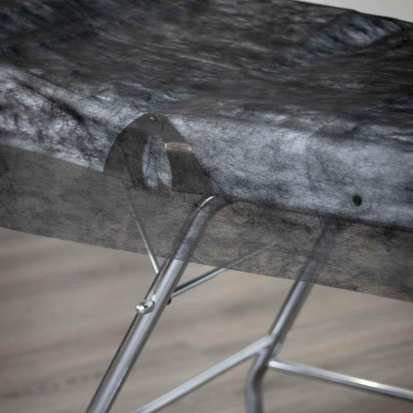 detalle sabana negra desechable para camilla